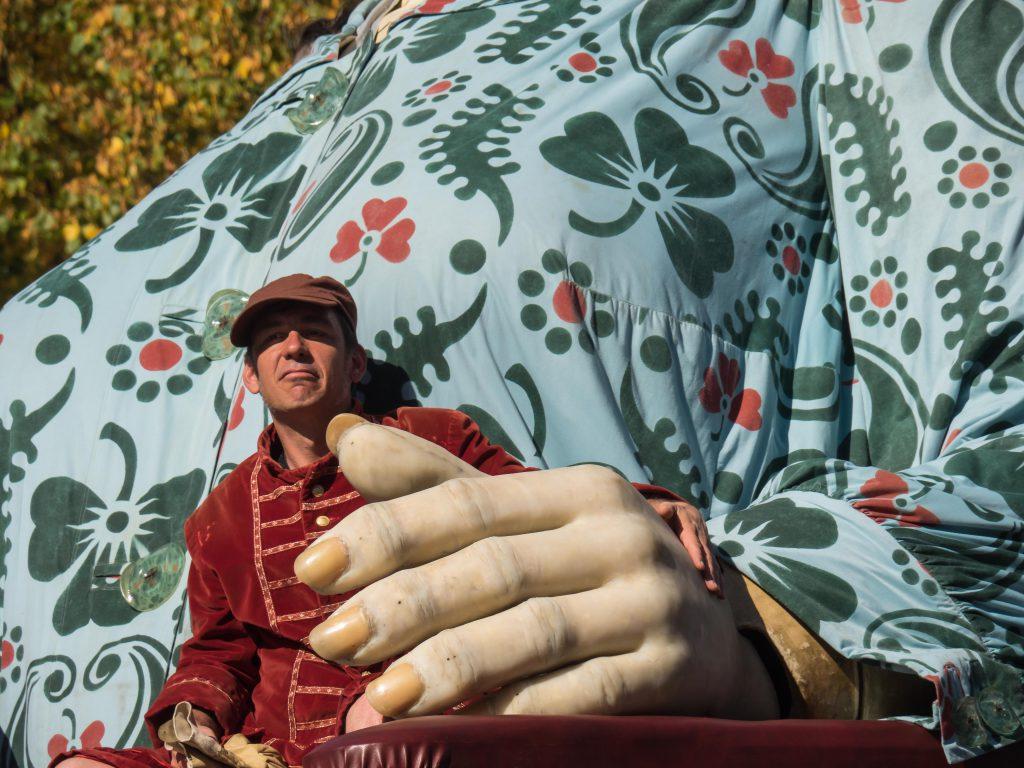 Les Géants à Carouge : un Lilliputien sur les genoux de La Grand-Mère