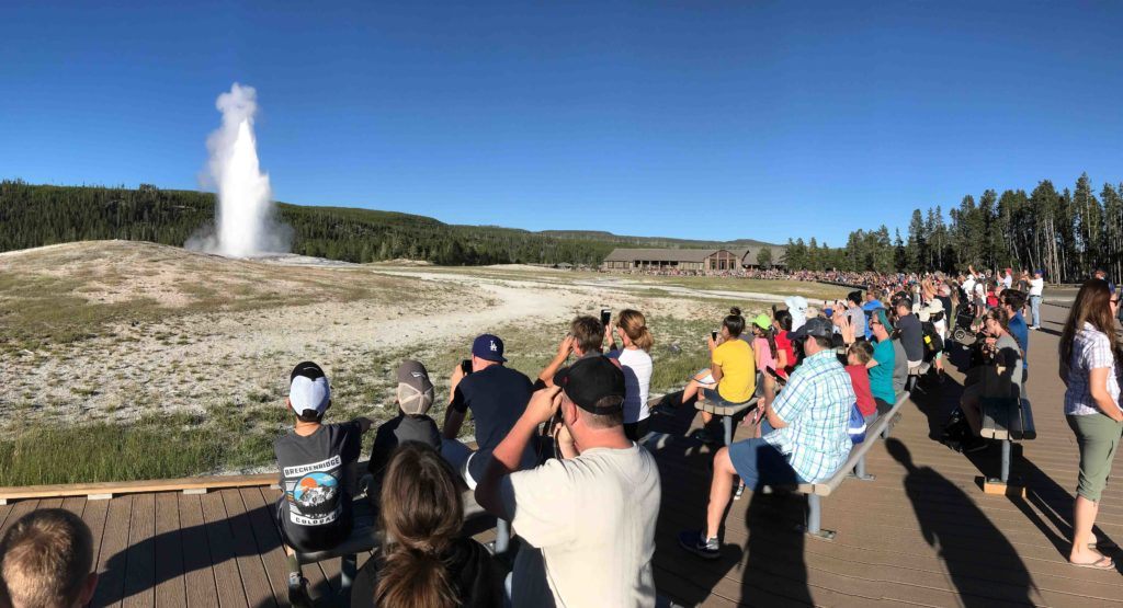 Spectateurs autour du Old Faithful (Yellowstone NP)