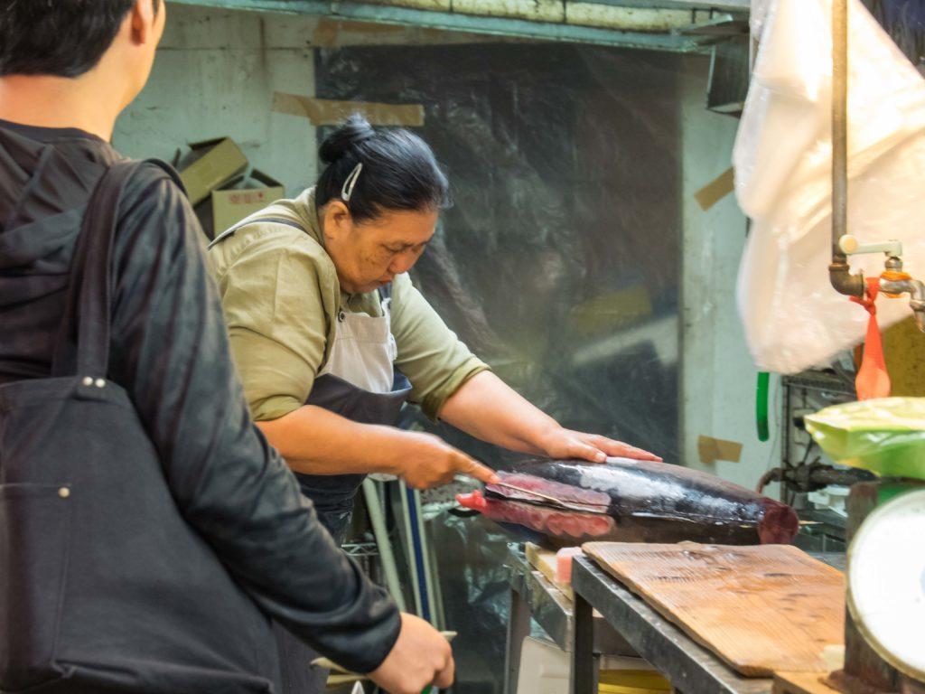 Découpe du thon au marché d'Ishigaki