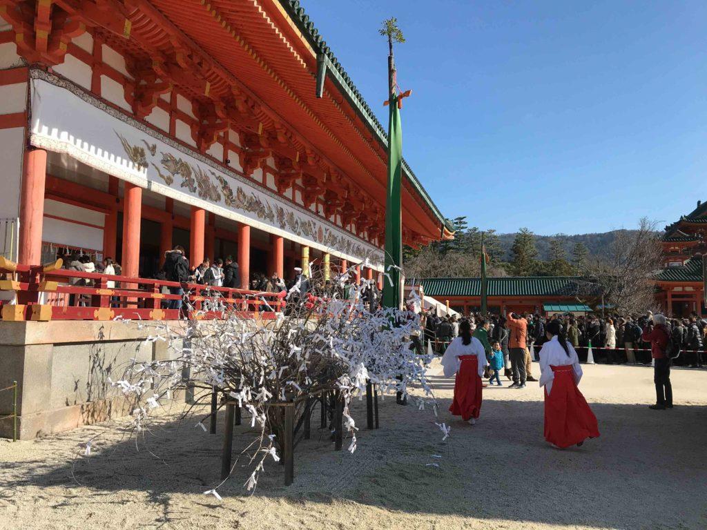 Nonnes devant le sanctuaire du temple Heian Jingu (Kyoto)