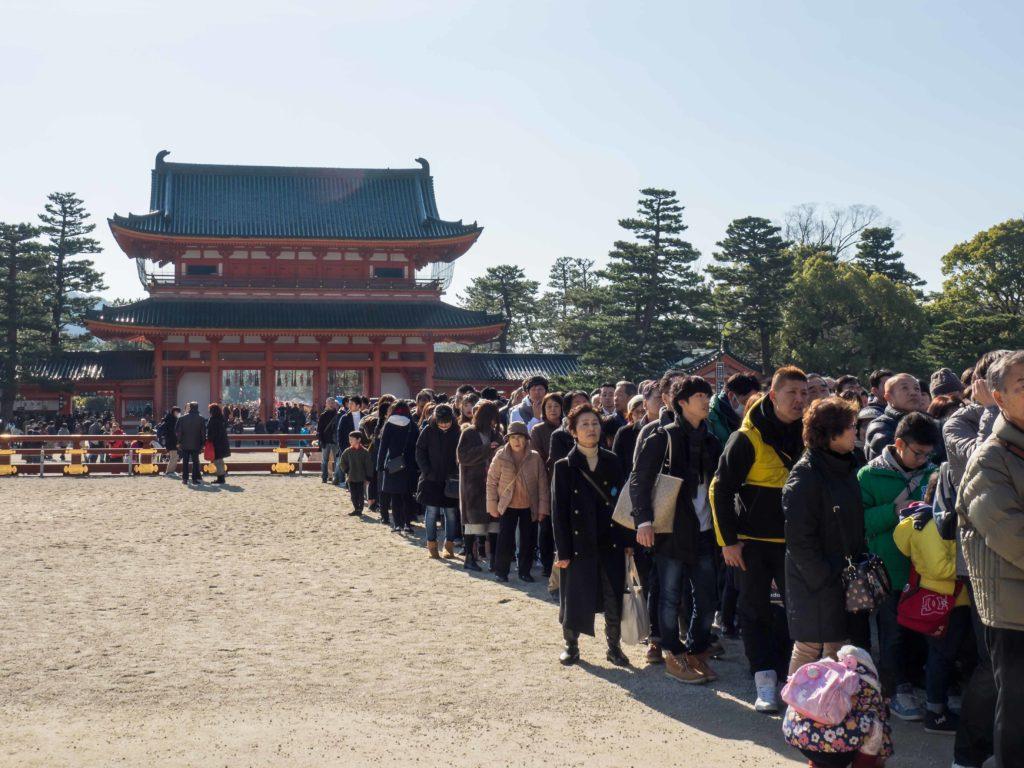 Queue pour l'accès au sanctuaire du temple Heian Jingu (Kyoto)