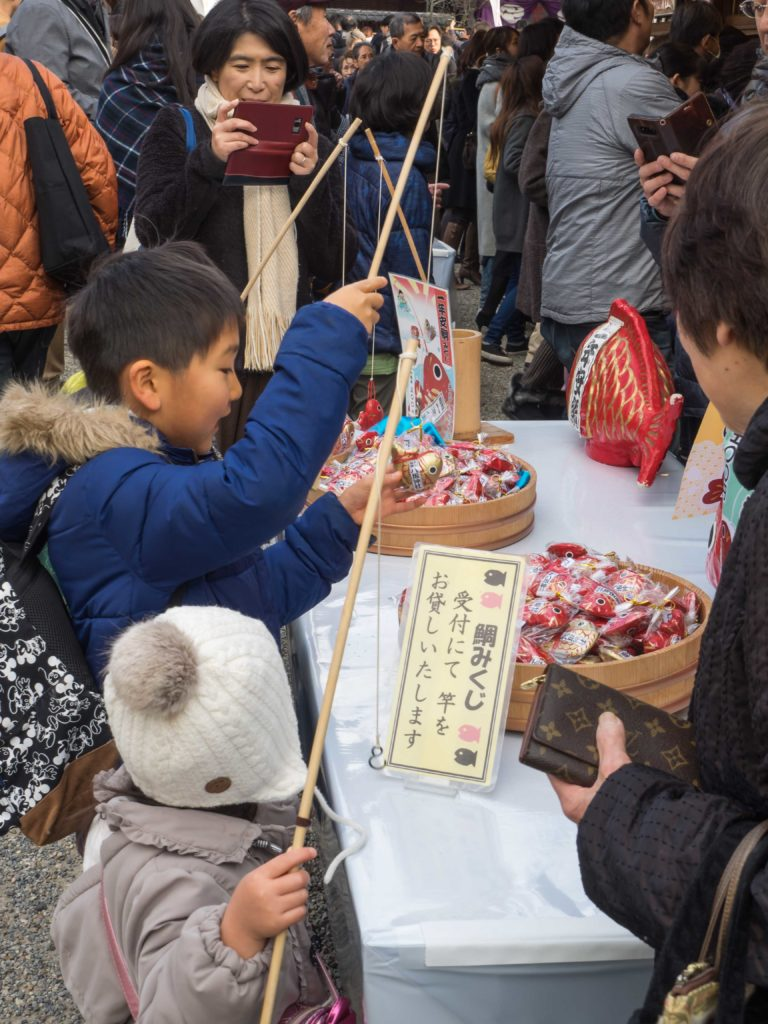 La pêche miraculeuse au temple Yasaka (Kyoto)