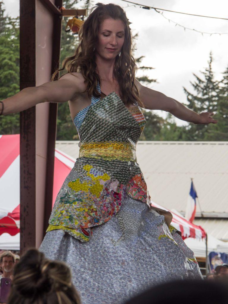 Défilé de créations à partir de matériaux recyclés (SEAK Fair, Haines)