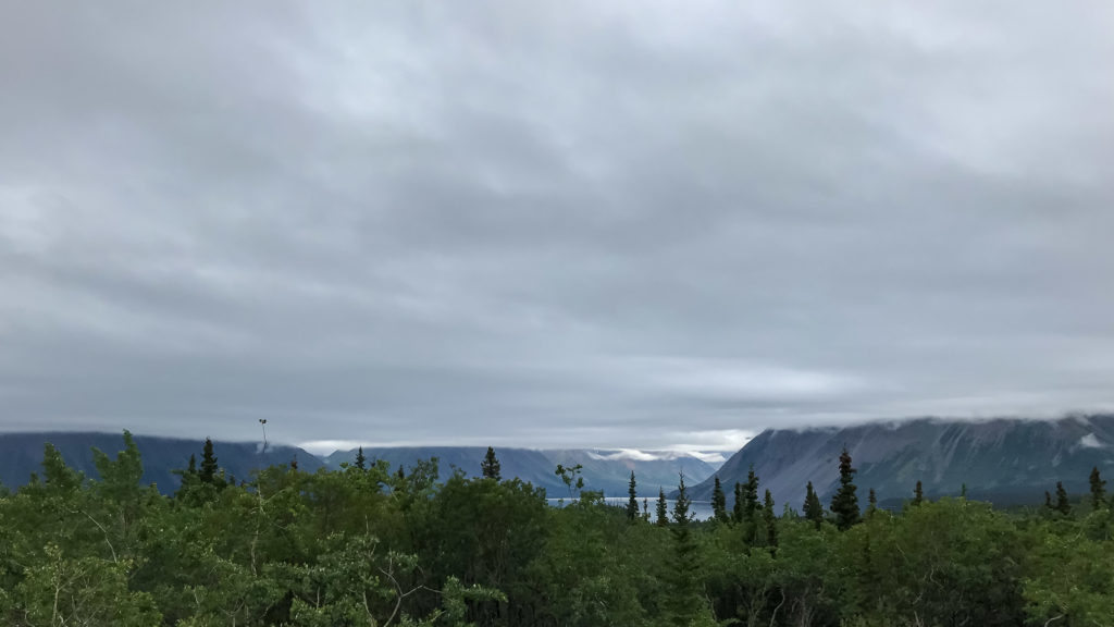 Vue sur le lac Kathleen, premier jour dans le parc national Kluane (Yukon)