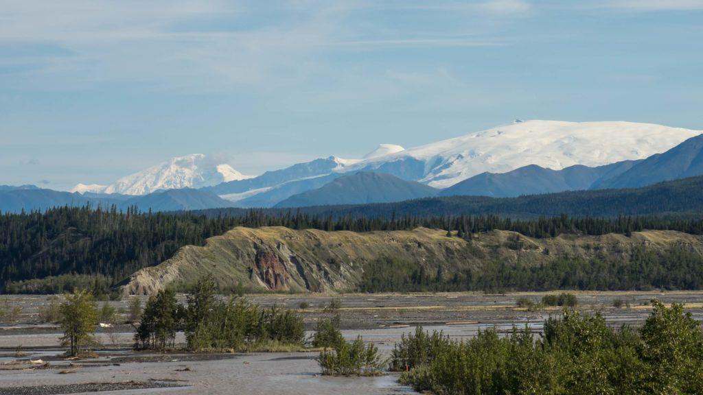Mont Drum et Mont Wrangell (volcan actif) vu de la Edgerton Highway en direction du Wrangell-St Elias NP