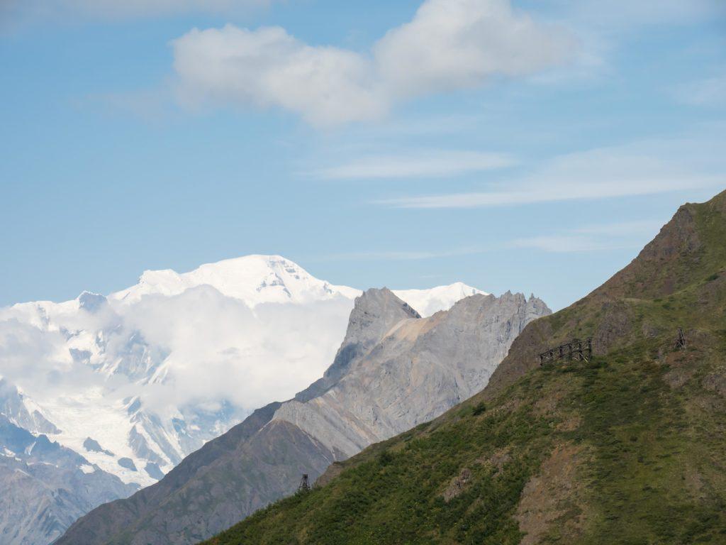 Une ruine du téléphérique de la mine Jumbo et Mont Regal (Wrangell-St Elias NP)